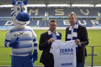 MSV-Geschäftsführer Peter Mohnhaupt, Torsten Hiermann, Leiter des Bereichs Markt/Vertrieb der Stadtwerke Duisburg, und Ennatz (v.r.) freuen sich auf den neuen Fan-Tarif.
