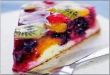 Bolo de coco com geleia e frutas frescas