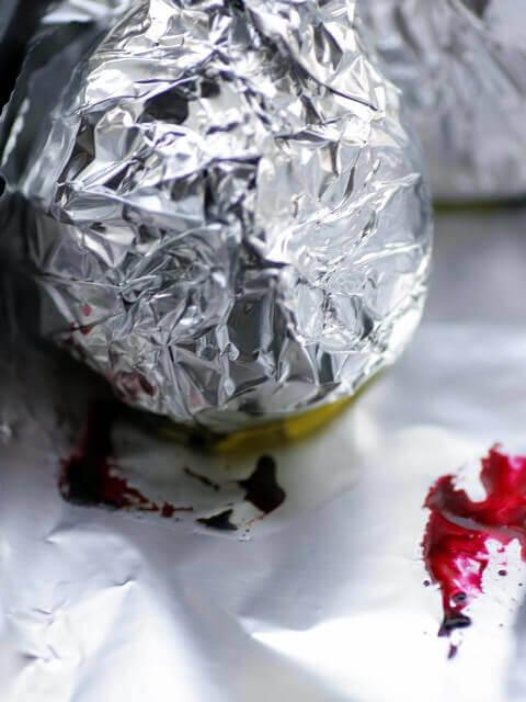 נייר כסף שעוטף סלק שנצלה בתנור