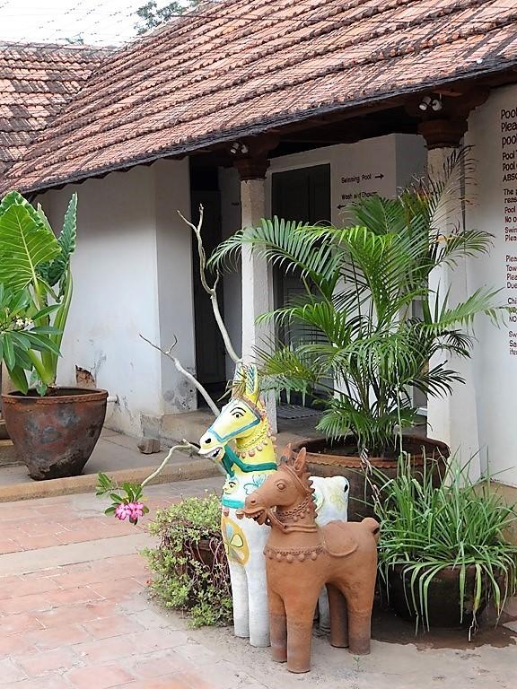 Chettinad plantes et sculptures de 2 cheveaux dans un patio