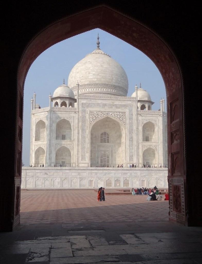 Taj Mahal pris à partir d'une pièce sombre