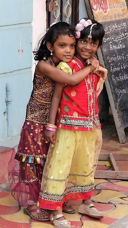 Pondichéry 2 petites filles qui se font un câlin