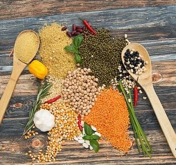 Inde épices étalées sur une table