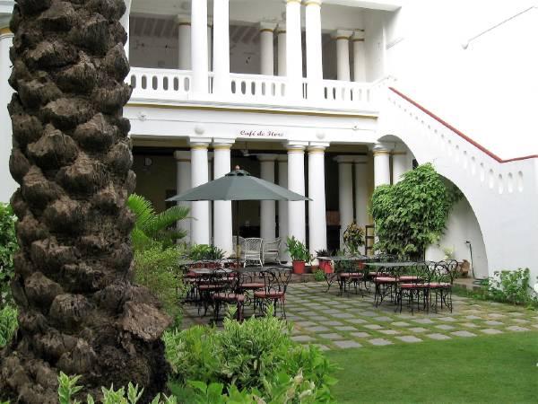 Pondichéry maison coloniale blanche avec jardin
