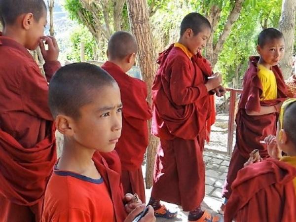 Ladakh enfants moines en tenue rouge