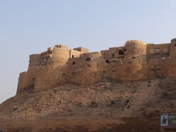 Rajasthan Vue d'une forteresse aux tours ocres