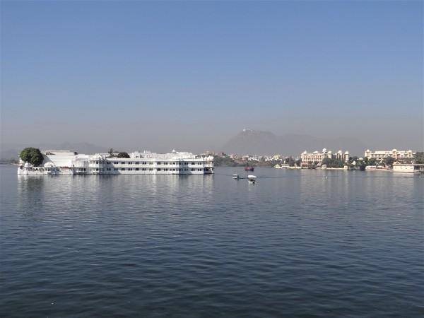 Rajasthan lac d'Udaïpur avec hôtel blanc au milieu