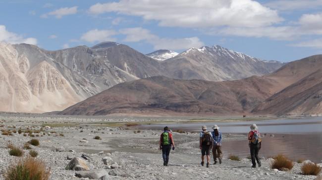 Ladakh marcheurs devant des montagnes