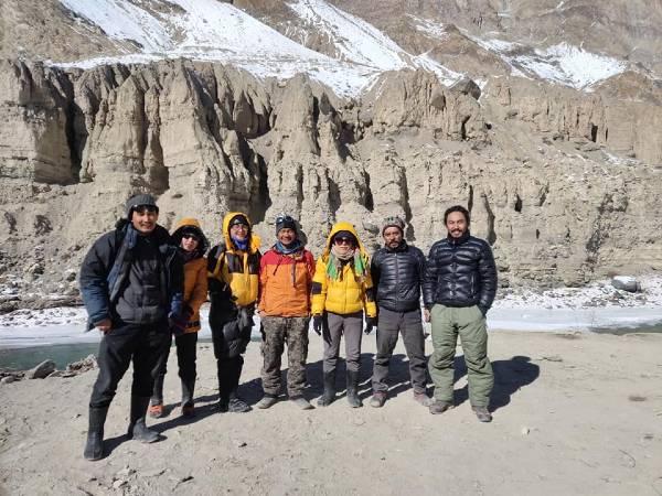 Ladakh 7 personnes debout devant des montagnes