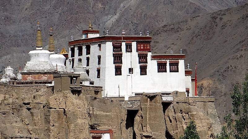Ladakh Monastère de Lamuyuru blanc sur des rochers