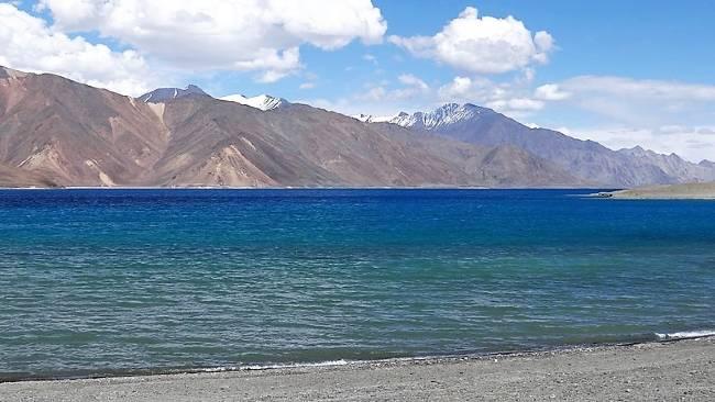 Ladakh lac bleu devant des montagnes