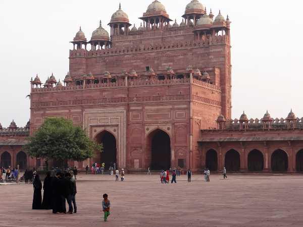 Inde gigantesque porte en grès rouge