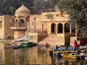 Rajasthan coupoles en pierres ocres au bord d'un lac