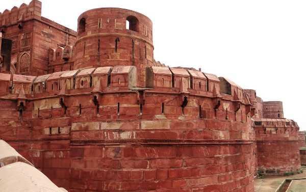 Inde bastion en pierres rouge