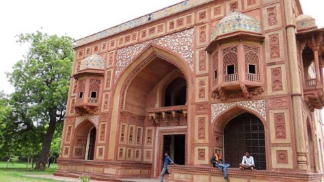 Inde bâtiments de style moghol avec des hommes assis devant