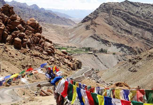 Paysage avec drapeaux de prières et montagnes