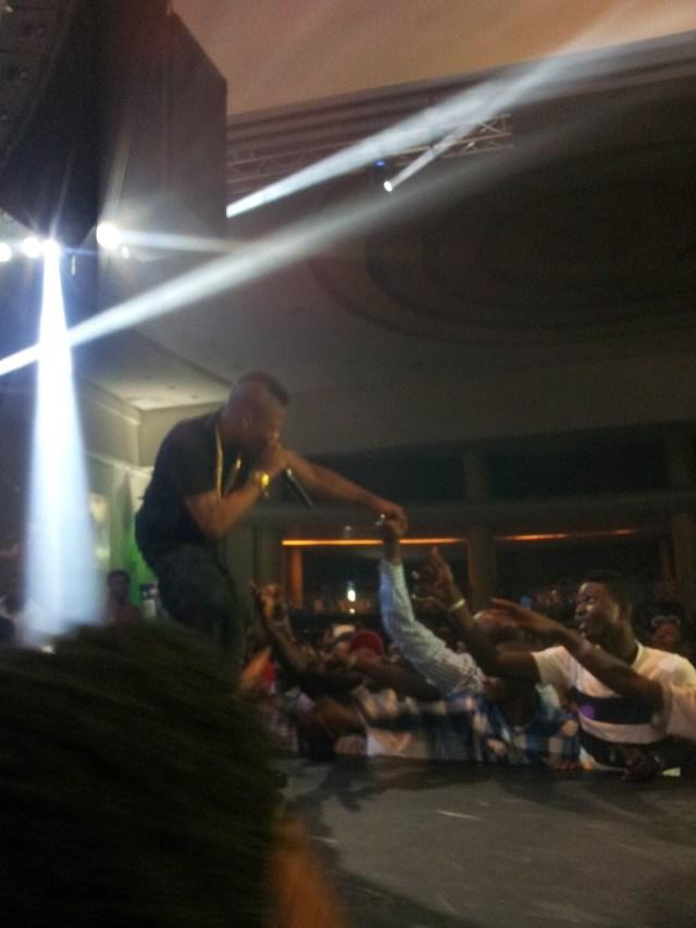 Wizkid-give-fan-his-wrist-watch-yabaleftonline2-com