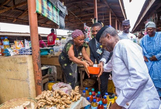 Vice President Yemi Osinbajo Ikenne Market trader - VP Osinbajo Makes Surprise Visit To Market In Ogun State, Takes Selfie With Traders, Children