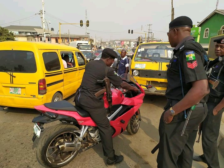 Man narrates how Lagos residents embarrassed policemen who wanted to impound his power bike 2