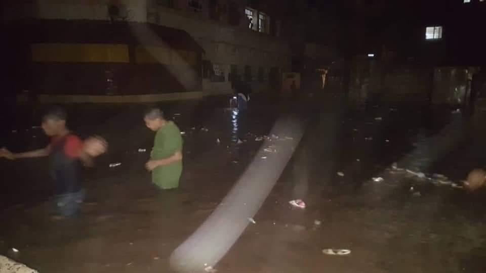عاجل.. عدد من شوارع كريتر تغرق بمياه الامطار