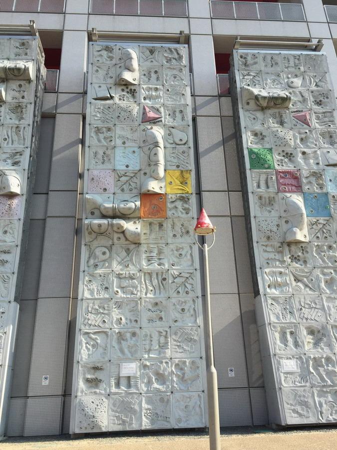 Kid Plaza外牆的攀爬牆,我的天阿太高了!誰這麼勇敢爬上去阿? 這裡的左邊(忘了照)還有BB級的攀爬牆,大概只有兩米高,可以隨便爬。