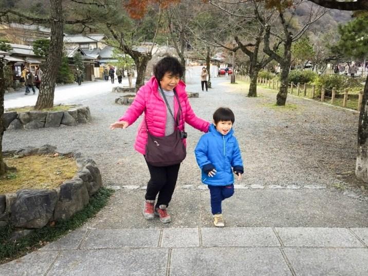 渡月橋的另一邊,種滿了櫻花樹。春天來這裡應該是超美的。兔婆婆在這裡陪大兔做大肌肉訓練呢💪🏻
