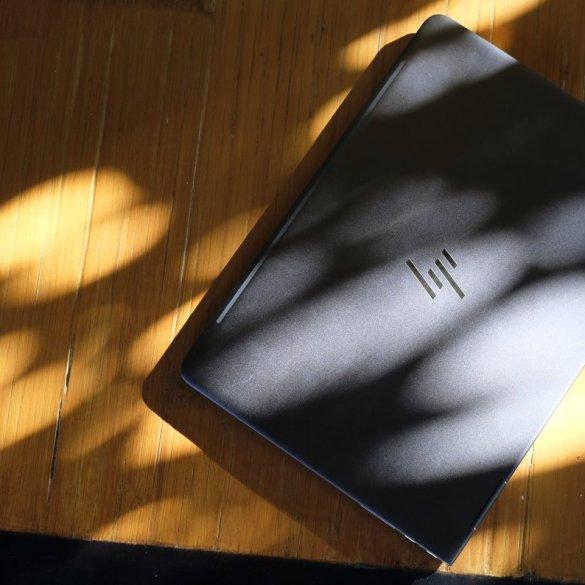foto hp spectre x360 atas logo