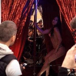 """""""Congress Topless"""". Técnica mixta y bailarinas de Striptease. Acción realizada durante ARCO 2014"""