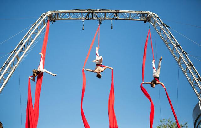 Cirque sur la Rue St Denis -Photographe: Cindy Boyce