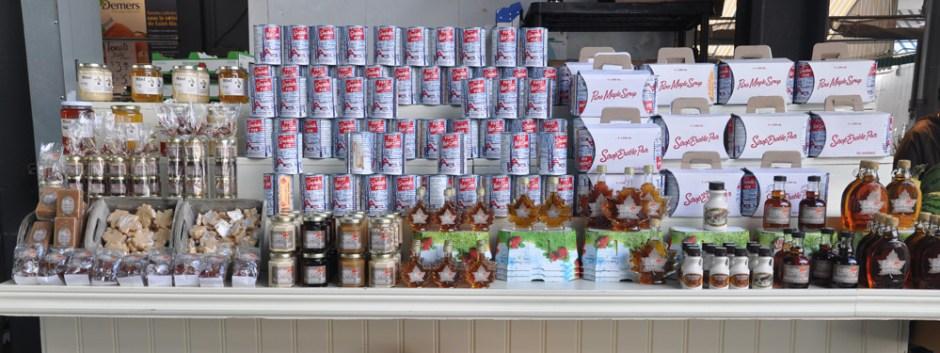 Etalage de produits au sirop d'érable au Marché Jean Talon