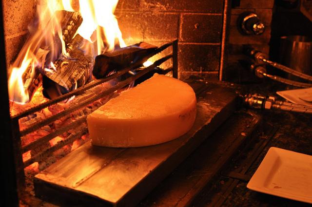Valais: La raclette au feu de bois de La Grange à Evolène