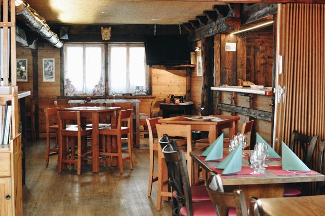 Bonne adresse à Evolene au Val d'Herens en Suisse -Le restaurant La Grange pour manger la fondue dans un pain (ou une raclette)