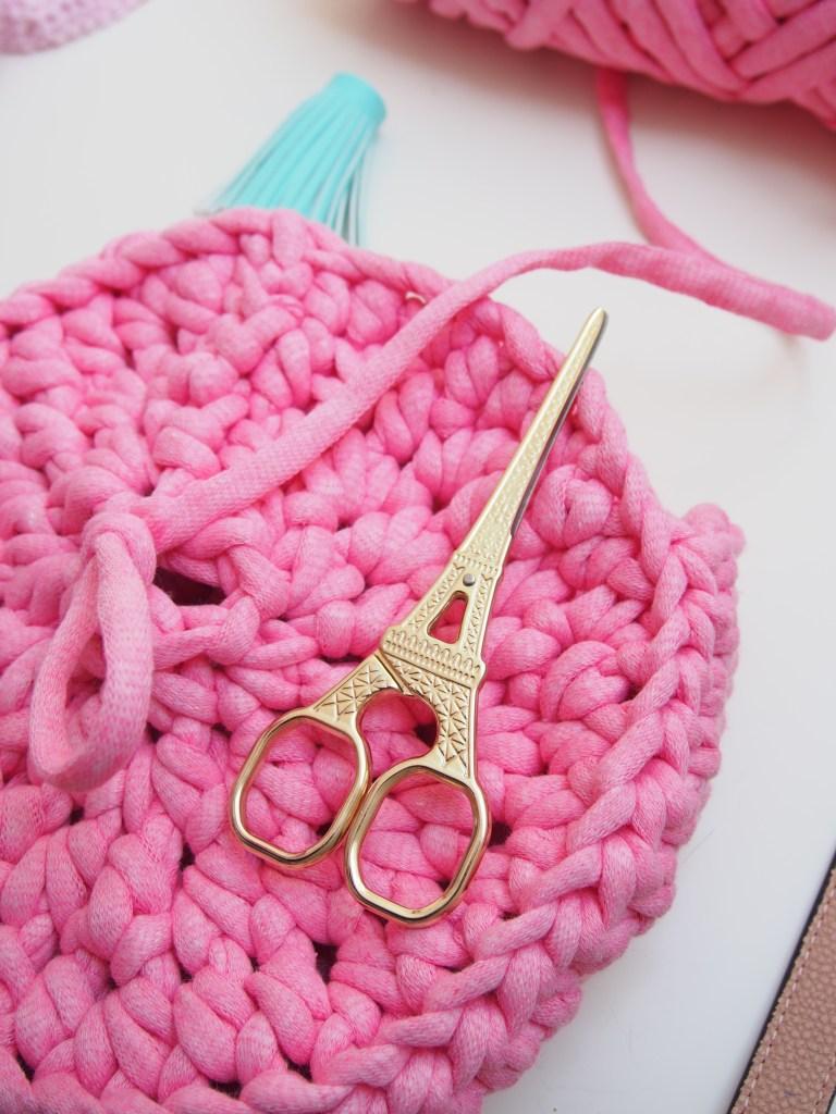 kostenfreie Anleitung, gehäkelte runde Tasche, Textilgarn, Luxus Macaroni, Hobbii, pink, Schritt für Schritt, Eiffelturm Schere