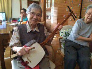20151025職員のお母様が三味線を弾いてくださいました!