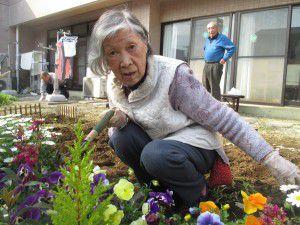 20150413利用者様とご一緒に、庭にお花を植えました!9