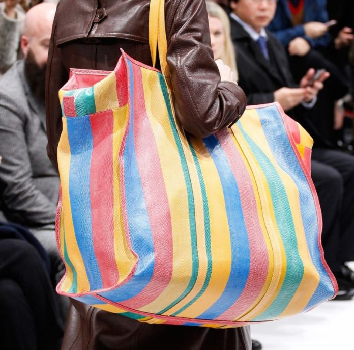 Balenciaga перевернула мир моды с новыми сумками