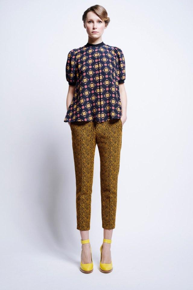 Короткие модные брюки 2017 с цветным узором и блузкой из коллекции Karen Walker
