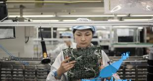 فوكسكون : تستبدل أيادي العمال بالأذرع الميكانيكية لتخفيض التكاليف