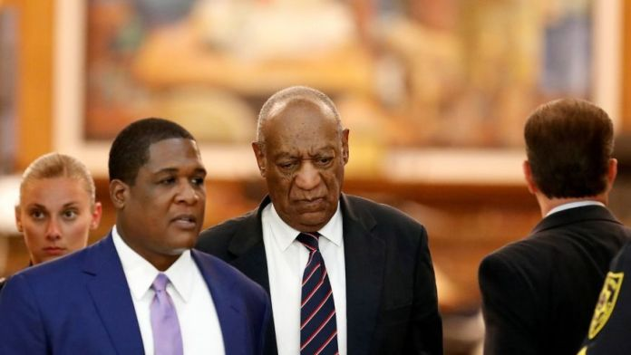 Bill Cosby (C) leaves the courtroom after the jury had a question during in his sexual assault trial at the Montgomery County Courthouse in Norristown, Pennsylvania, U.S. June 12, 2017. REUTERS/David Maialetti/Pool