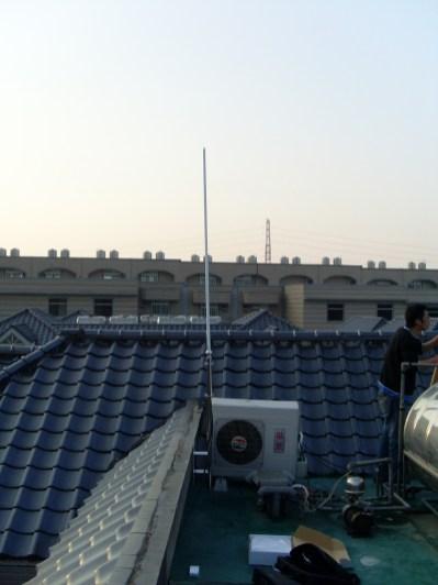 """建築群中架設""""遠距離無線網路""""於樓頂以便接收"""