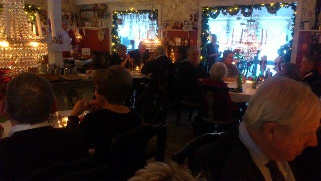 Boulespelande HÖK-ar på mysig julfest hos Ådalens Café i Nitta.