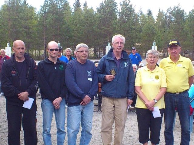 Prispallen vid årets STT-cupen, fr.v på tredje plats, Christer Lenson och Jonas Mårtensson från Pom de Pin och Borås Petanque, segrarna från Kinds BS Arne Pettersson och Jarl Abrahamsson samt Bríta Roos och Jan-Gunnar Roos från Ulricehamn på andra plats.