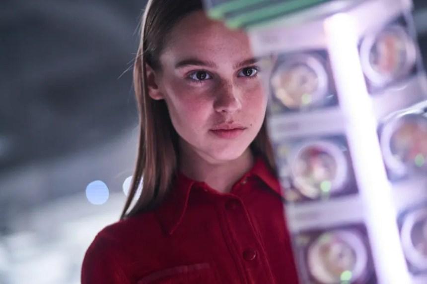 Clara Rugaard als Tochter in I Am Mother