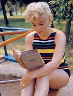 מרלין מונרו קוראת את יוליסס