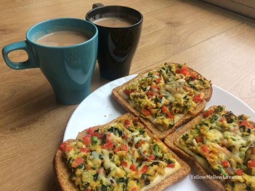 Vegetable scrambled eggs baked on cheese toast
