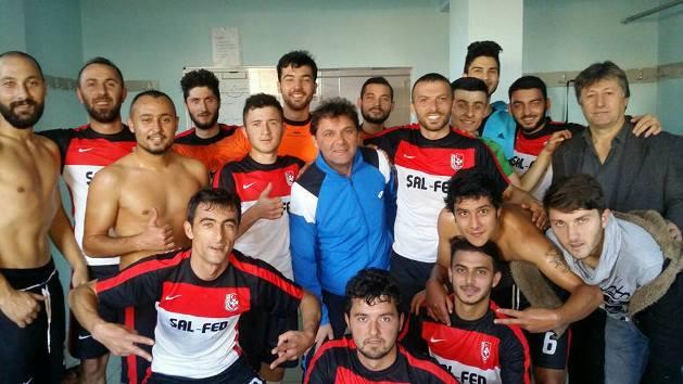 Şalpazarısporlu oyuncular maçtan sonra soyunma odasında yöneticilerle sevinç gösterileri yaptılar
