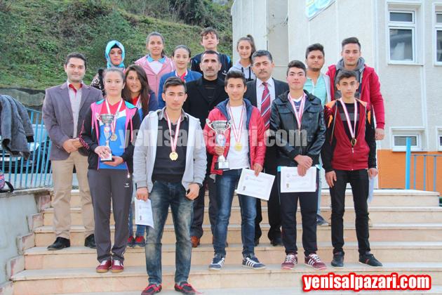Trabzon birincisi ve ikincisi krosçular kupalarıyla geldikleri okullarında alkışlarla karşılandılar.