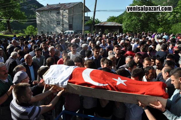 Hüseyin Karadere'nin Ayyıldızlı Türk Bayrağı'na sarılı cenazesini arkadaşları taşıdı