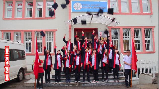 Öğrenciler daha sonra Atatürk Ortaokulu merdivenlerine dizilerek topluca kep fırlattı