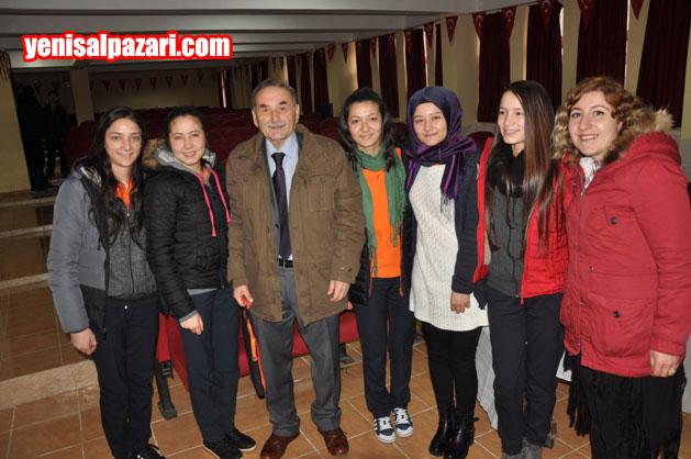 Osman Kandemir söyleşinin sonunda liselilerin fotoğraf çektirme isteğini kırmadı